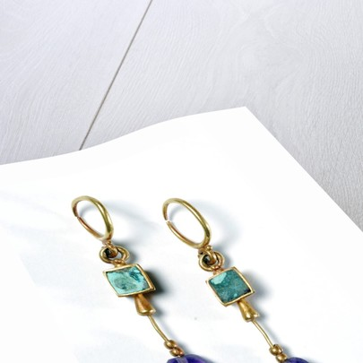 Drop earrings with gold, amethyst and emerald by Corbis