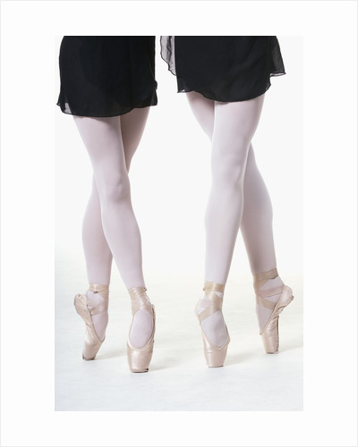 Ballerinas en pointe by Corbis