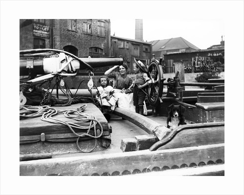 Barge family on a dumpy barge, London by Anonymous