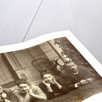 Portrait of family Pauw van Wieldrecht lying on a field by Henry Pauw van Wieldrecht