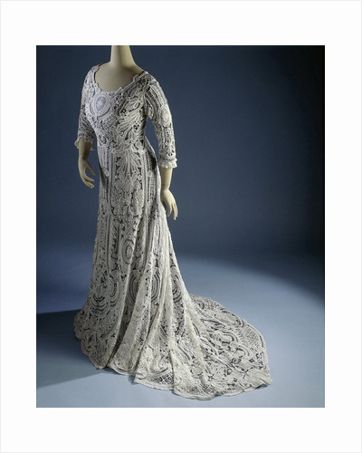 Gown with half sleeves and drag, cotton lace with needle lace fillings by Anonymous