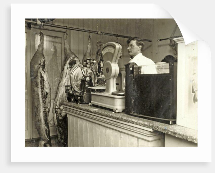 Interieur van de slagerij van J. van Berge, Hooge Dijk 111a ...
