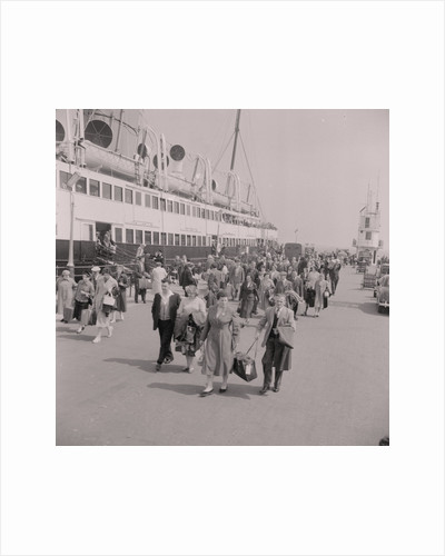 Pier crowds by Manx Press Pictures