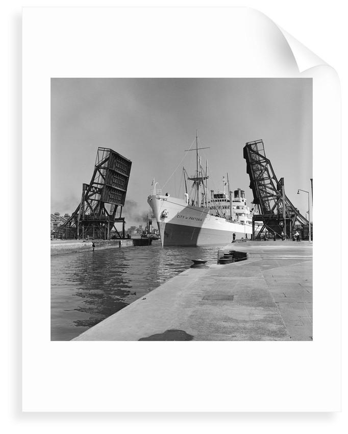 'City of Pretoria' entering dock by unknown