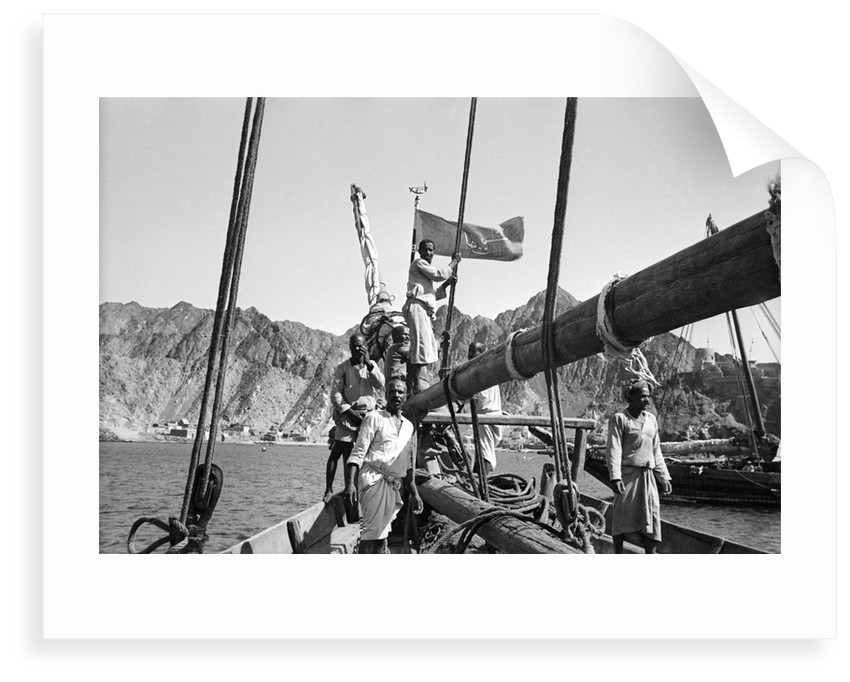 Flying the Kuwaiti flag into Mutrah Bay by Alan Villiers