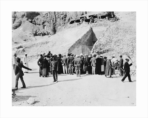 Crowd outside Tutankhamun's tomb by Harry Burton